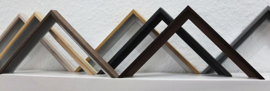Musterwinkel von holzfurnierten Aluminiumrahmen in verschiedenen Holztönen