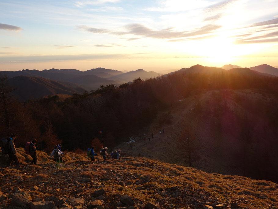 雲取山山頂から朝日をあびる石尾根