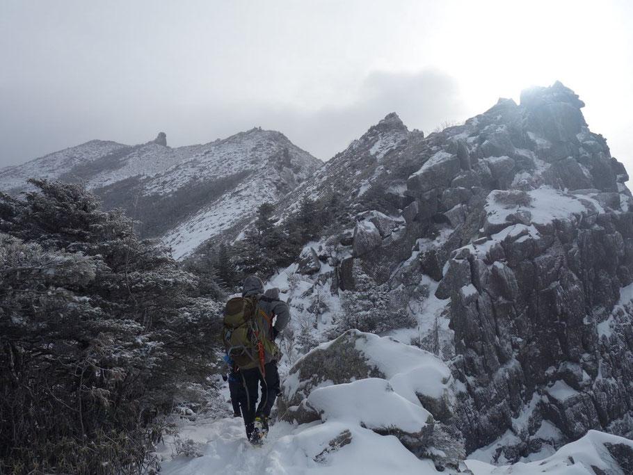 厳冬期を感じさせる金峰山への稜線です