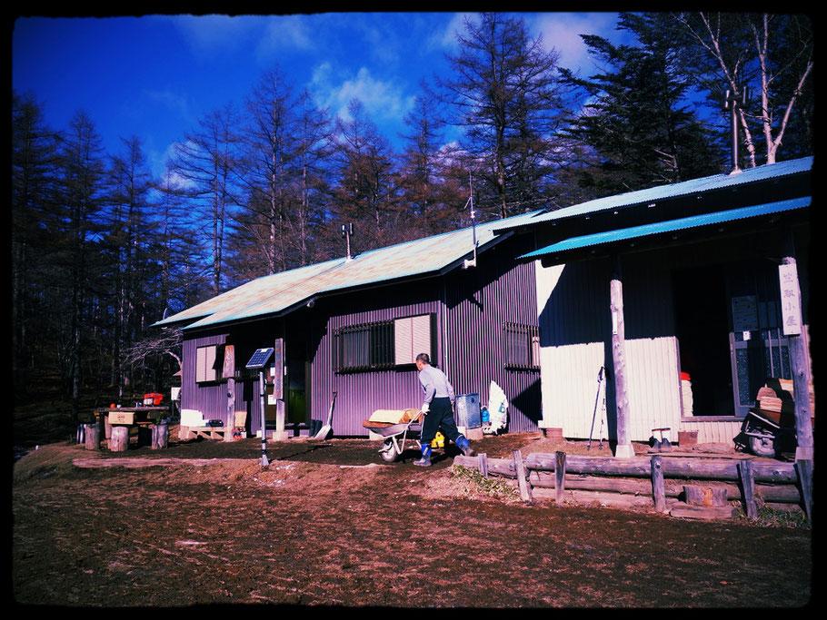 多摩川源流の小屋・笠取小屋と薪を運ぶ小屋番の田辺静さん