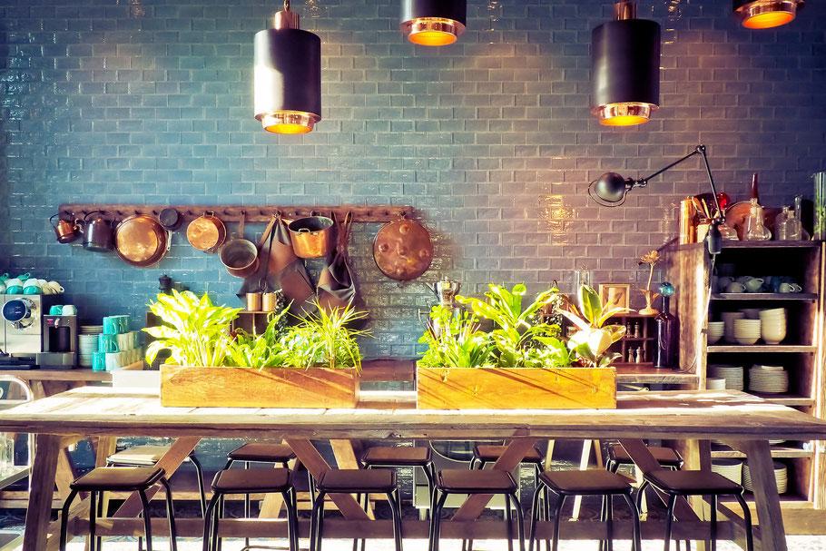 Hochwertige Gastronomie-einrichtung bestehend aus Stehtischen, Barhockern und Bistrotischen in einem Cafe
