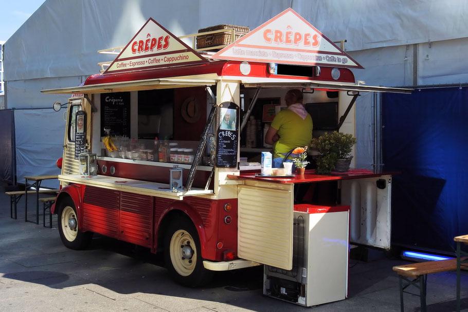 Günstiger Verkaufswagen neben einem Foodtruck für die Outdoor - Gastronomie