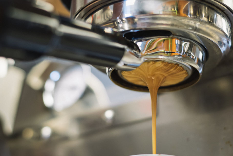 Siebträgermaschine - Kaffeemaschine die ein Barista in einem Café verwendet um den besten Cappuccino zu machen