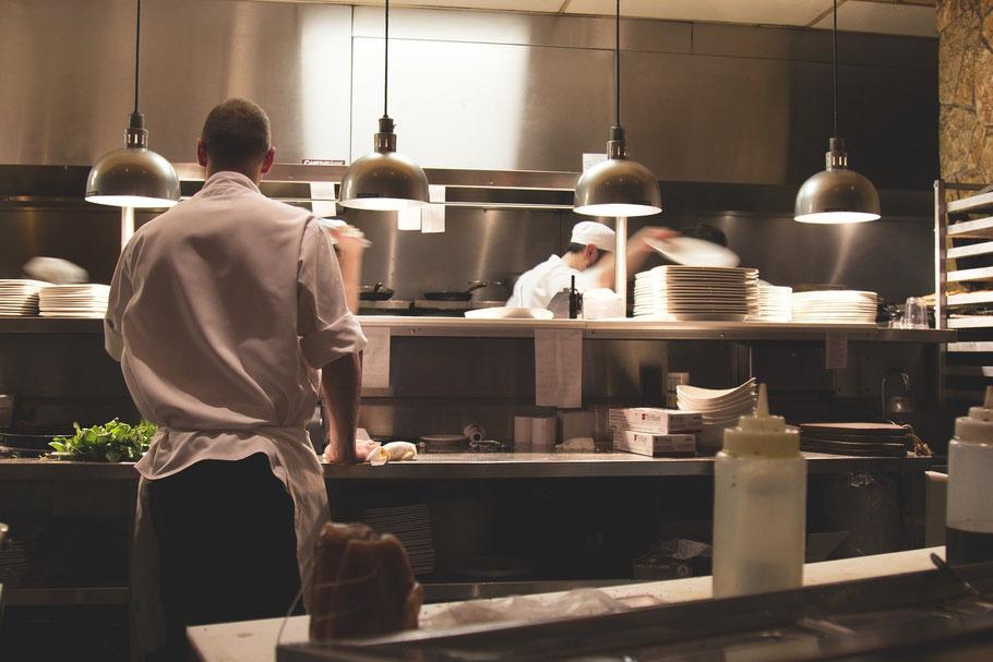 Edelstahlmöbel in einer Gastronomie Großküche