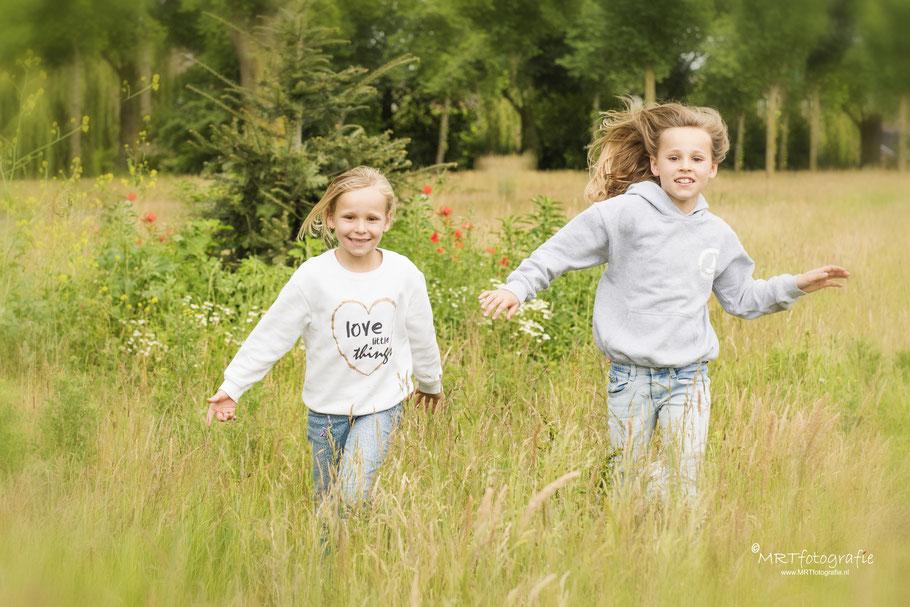 2 rennende kinderen. Scherpstellen