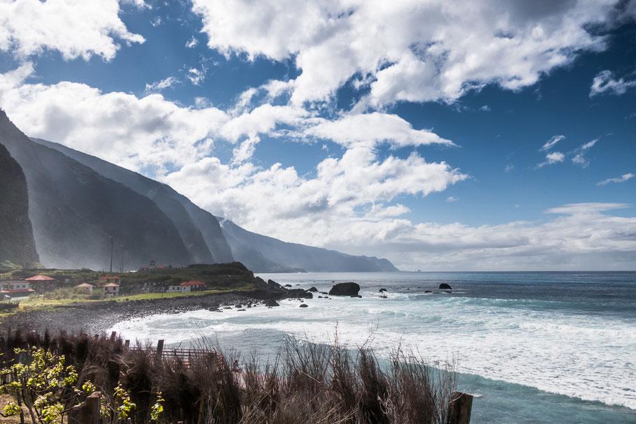 Een harde wind zorgt voor een onrustige oceaan. Even later zitten ook de bergtoppen in de wolken. Madeira
