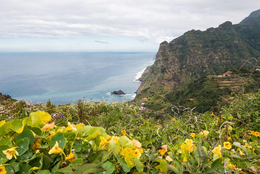 Uitzicht naar de oceaan tussen Santana en Sao Vicente op Madeira