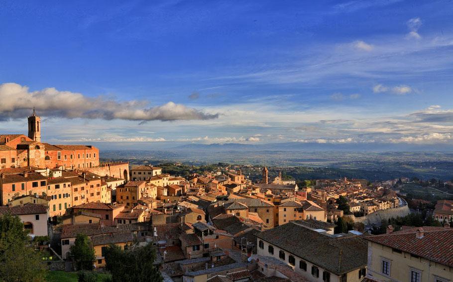 De laatste avondzon over het dorp Montepulciano