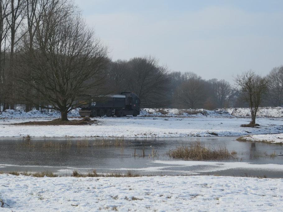 Transport van de afgegraven grond onder winterse omstandigheden in januari 2017.