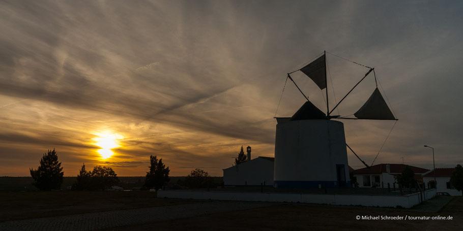Mühle in der Stadtmitte von Castro Verde bei Sonnenuntergang