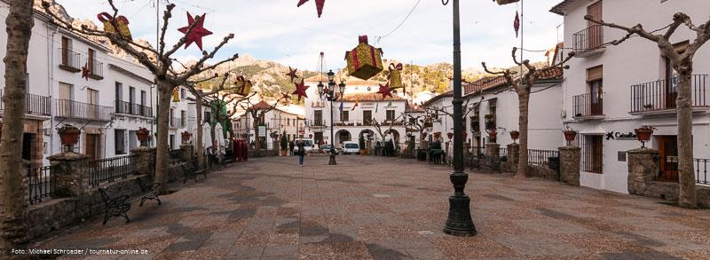Marktplatz von Grazalema mit Weihnachtsbeleuchtung