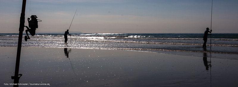 Meeresangler in der untergehenden Sonne in Spanien