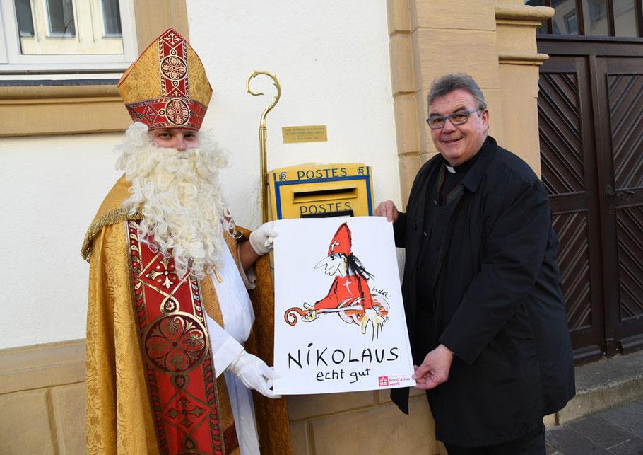 Der Generalsekretär des Bonifatiuswerkes, Monsignore Georg Austen und Bischof Nikolaus zeigen das Nikolaus-Motiv von Udo Lindenberg. (Foto: Theresa Meier)