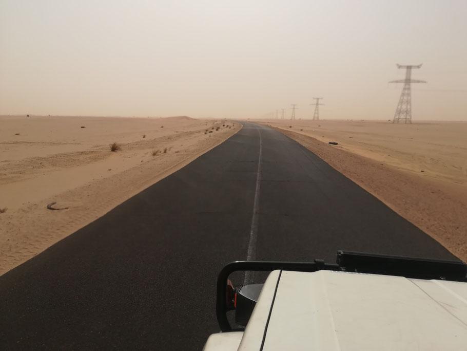 Zurück auf dem Teer. Die N2 ist eine der wichtigsten Verbindungsstraßen des Landes. Es geht nach Süden in die Hauptstadt...