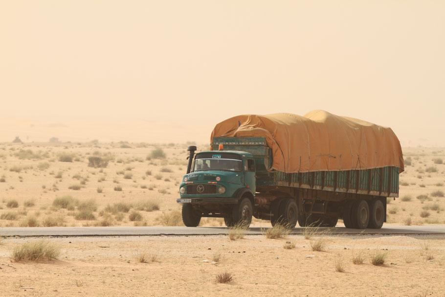 Die alten Mercedes Rundhauber sieht man in Mauretanien überall