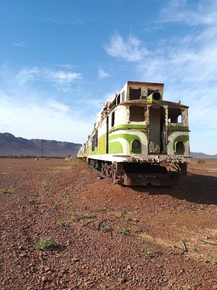 Alte ausragierte Dieselloks auf einem toten Gleis