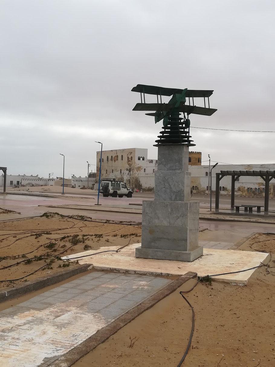 Das kleine Denkmal an Antoine de Saint-Exupéry in Tarfaya - hier war der Autor knapp 2 Jahre lange stationiert