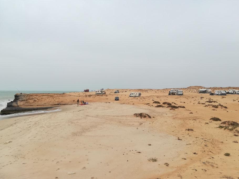 Schon wieder in der West-Sahara - Der Stellplatz bei Lamharitz ist wie man sieht auch unter Campern sehr beliebt