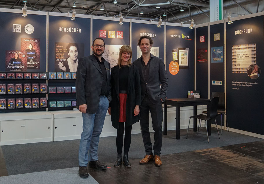 Das BUCHFUNK-Team (v. l.) Johannes Ackner, Victoria Schätzle und David Fischbach zu Beginn der Leipziger Buchmesse 2018