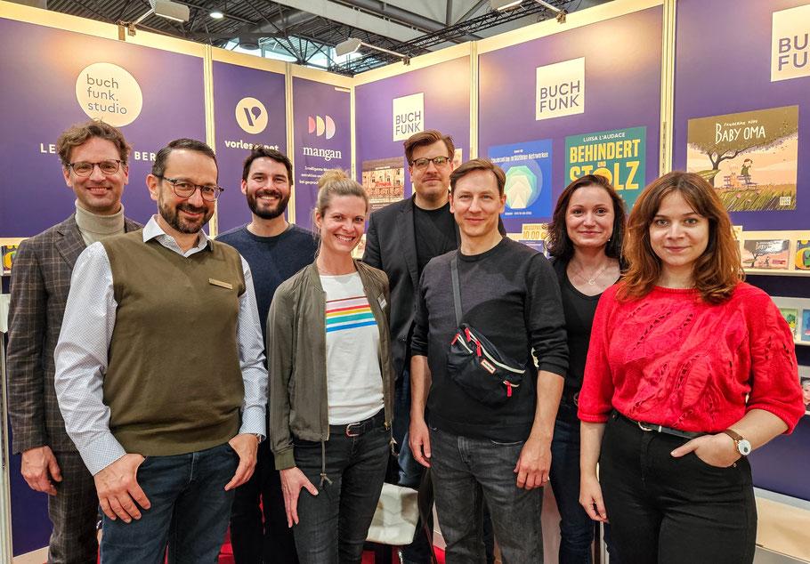 Die BUCHFUNK-Kolleg:innen (v. l.) Johannes Ackner, Victoria Schätzle und David Fischbach auf der Leipziger Buchmesse 2018