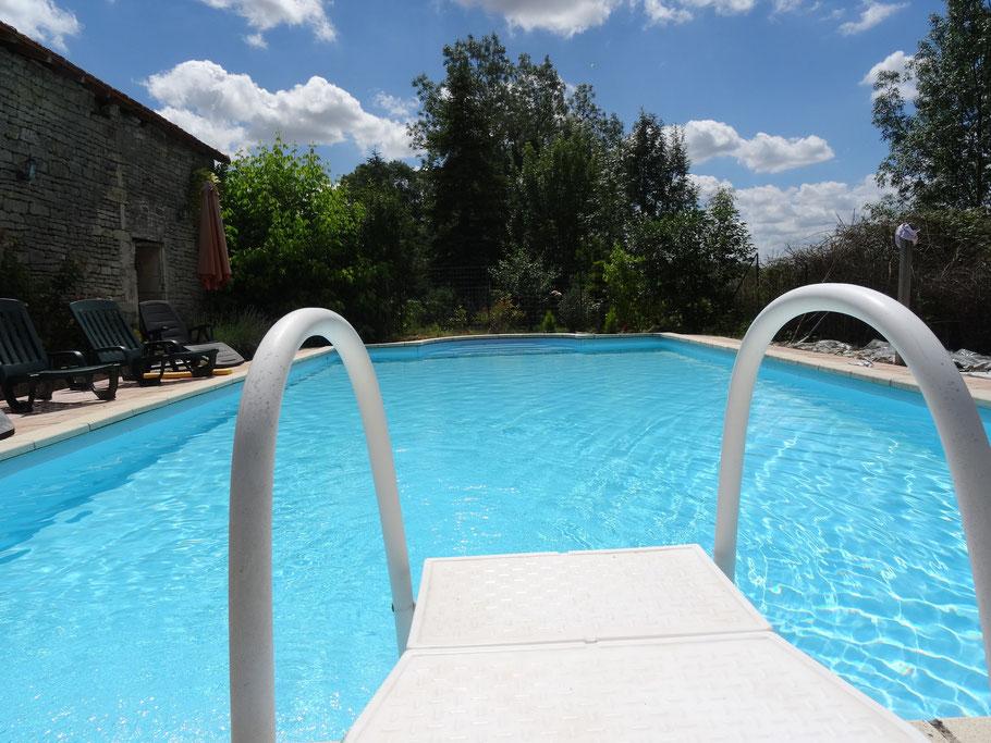 Profitez de la piscine avec une vue sur le vignoble du cognac pour un séjour en toute tranquilité, pour un week-end romantique, ou entre amis ou en famille