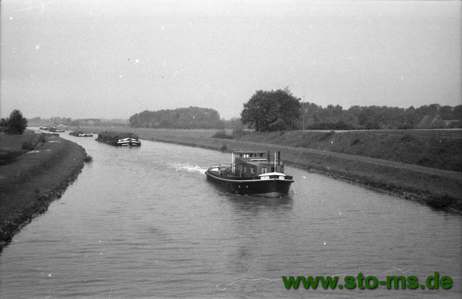 Um 1940 auf dem Dortmund-Ems-Kanal. Schlepper mit Kähnen.