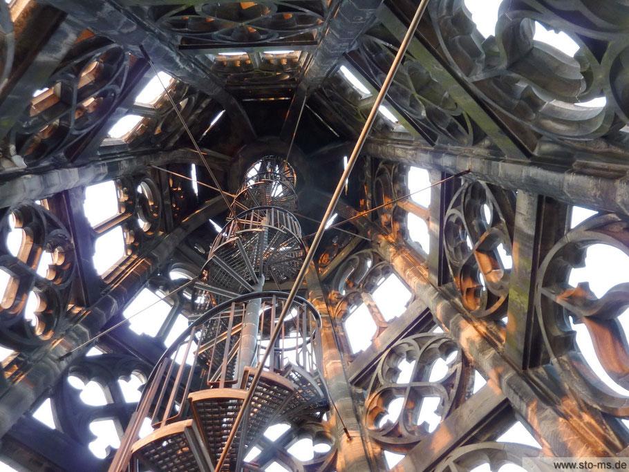 Atemberaubende Perspektive in die Turmspitze
