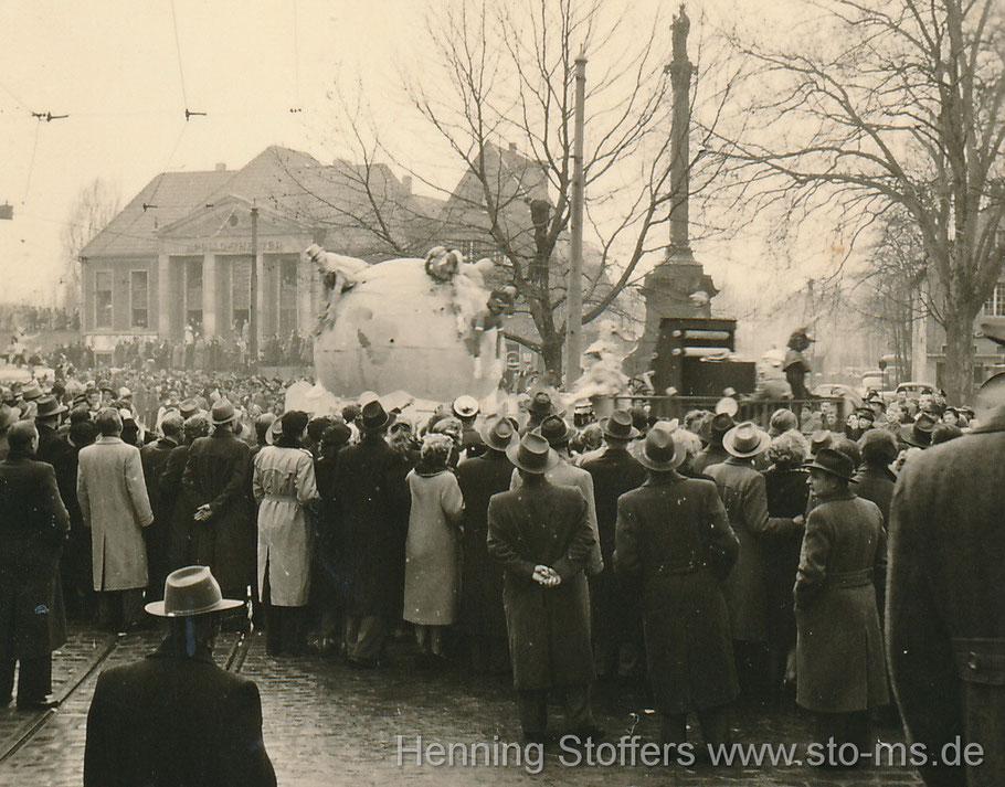 Um 1950 - rechts die Mariensäule, im Hintergrund das Apollo-Kino