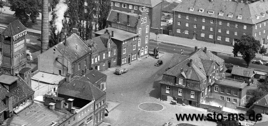 Foto Cekade - Ein Blick auf die Einfahrt, rechts Büro-/Wohngebäude