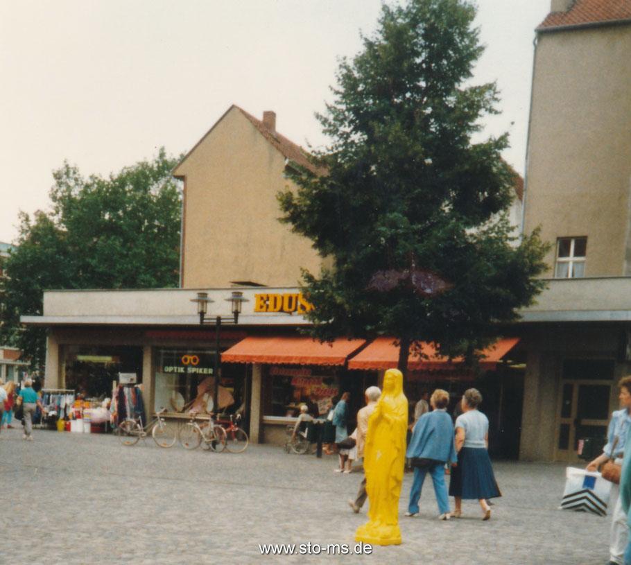 Gelbe Madonna auf der Salzstraße 1987 - Katharina Fritsch