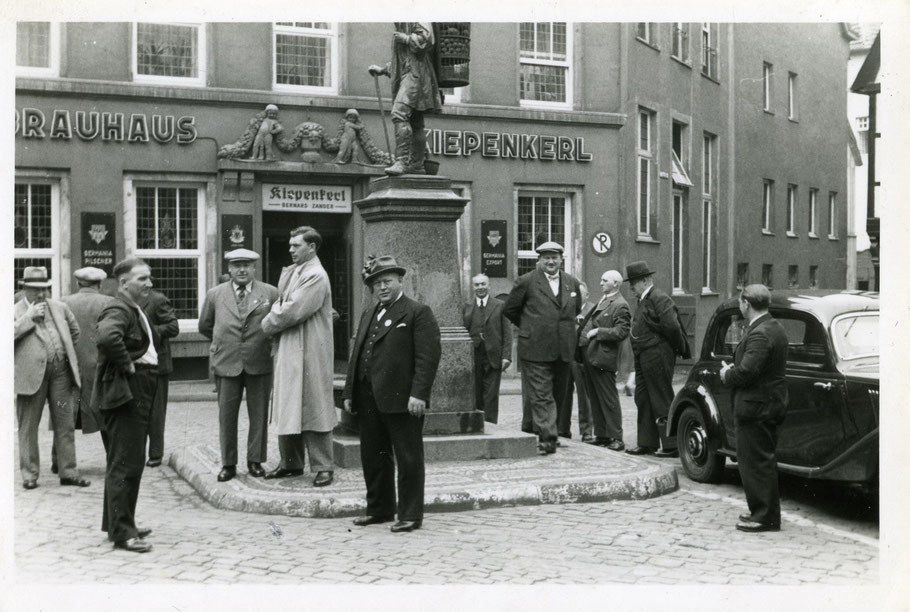 Um 1937 vor dem Kiepenkerl mit dem Gastwirt Bernhard Zander