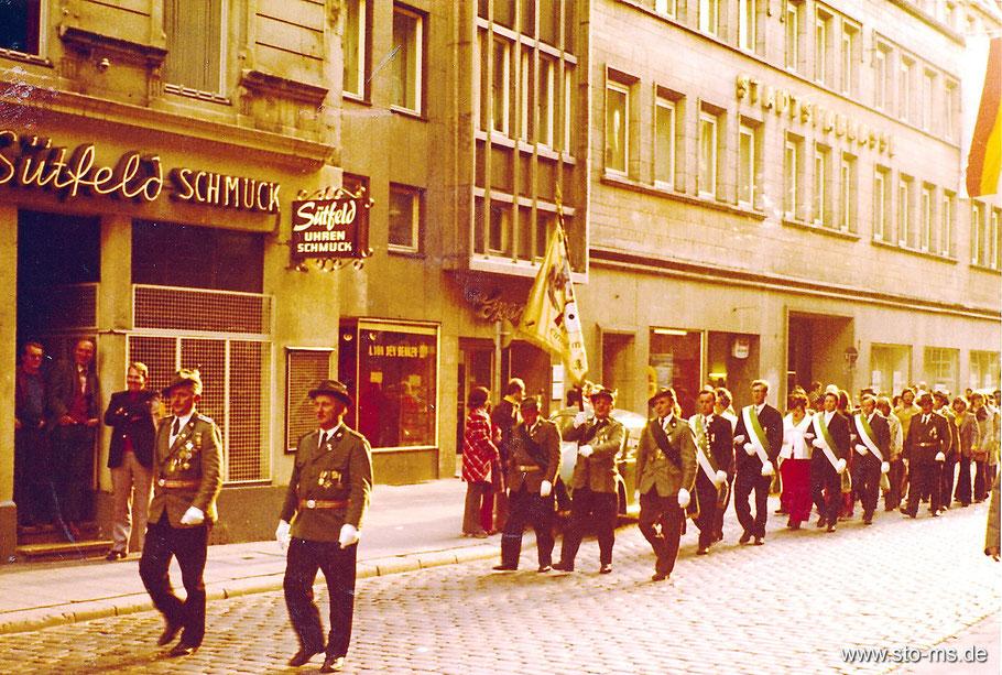Großer Umzug in der Stadt. Das Bundschütztenfest von 1973. Hier sind die Schützen in der Rothenburg zu sehen.
