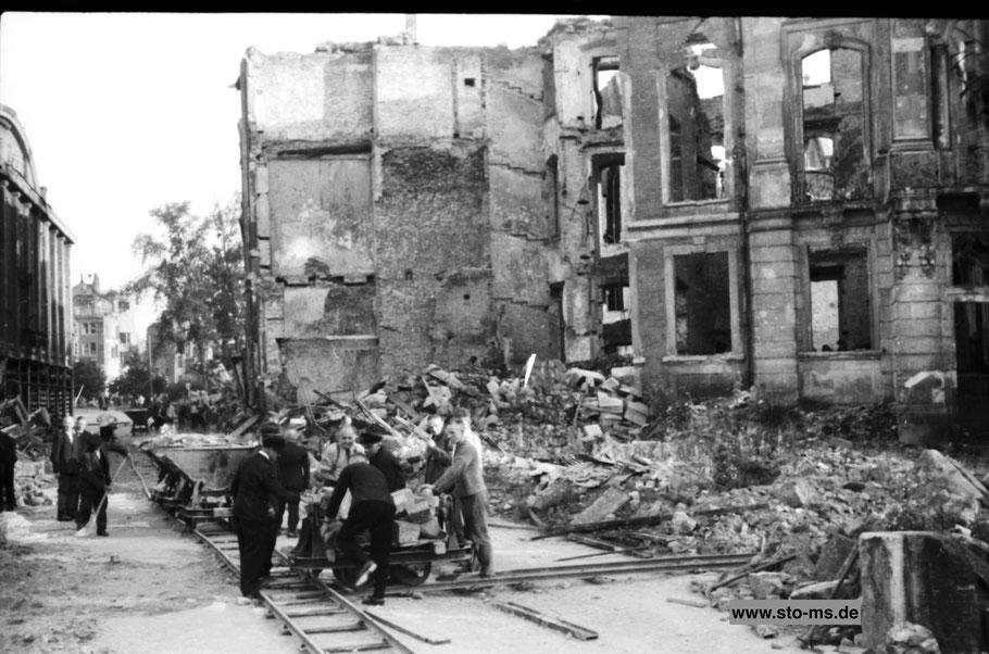 Räumaktion auf der Salzstraße vor dem Erbdrostenhof - Herbst 1945 - Archiv ULB