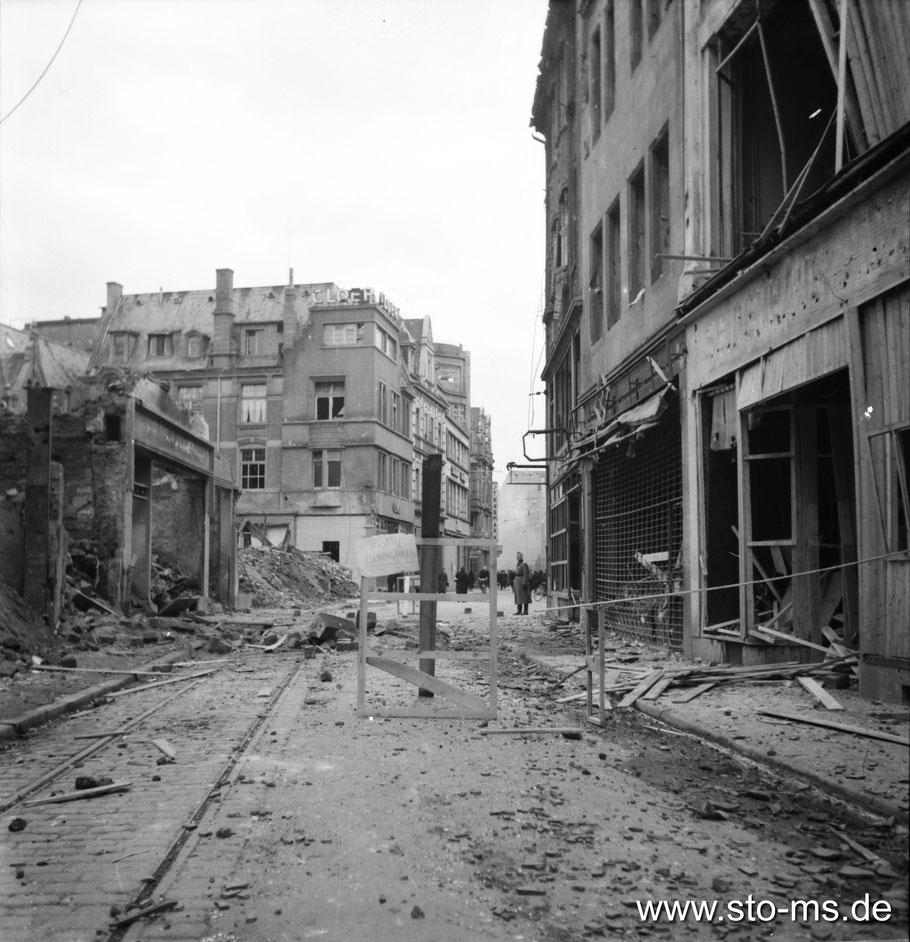 Oktober 1943 - Das Schild in der Bildmitte warnt vor einem Blindgänger. - Foto Carl Pohlschmidt - ULB Münster