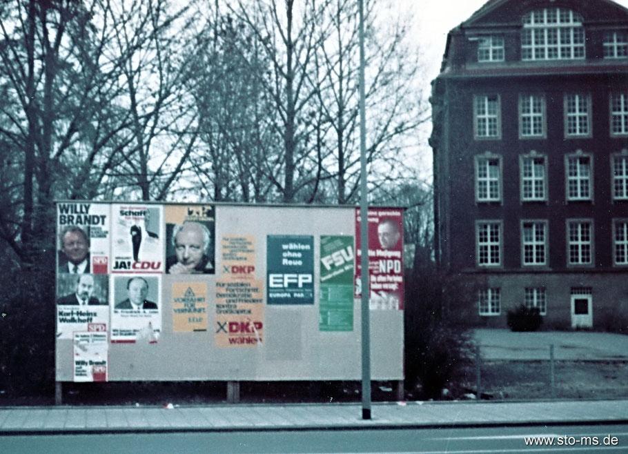 Wahlwerbung Ende 60 Jahre  Adolph-Kolping-Berufskolleg von der Wasserstraße aus. Zur Wahl standen unter anderem Karl-Heinz Walkhoff (SPD) und Friedrich-Adolf Jahn (CDU).
