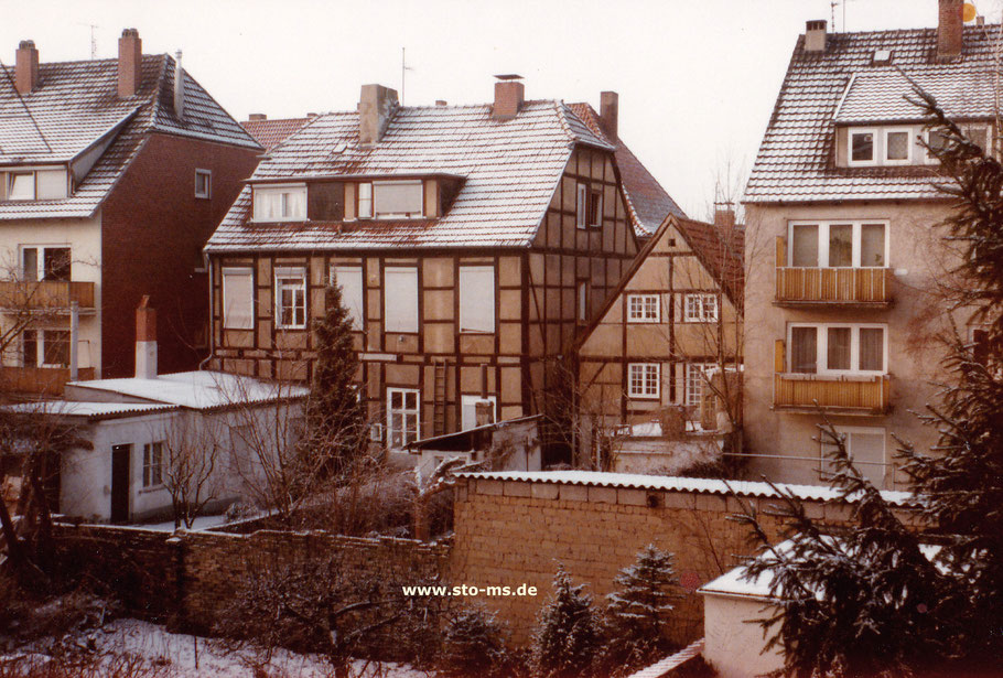 Hofansicht der Häuser Hollenbeckerstraße 24 und 25, eingeengt zwischen Nachkriegsbauten. - Foto Maria Seidel