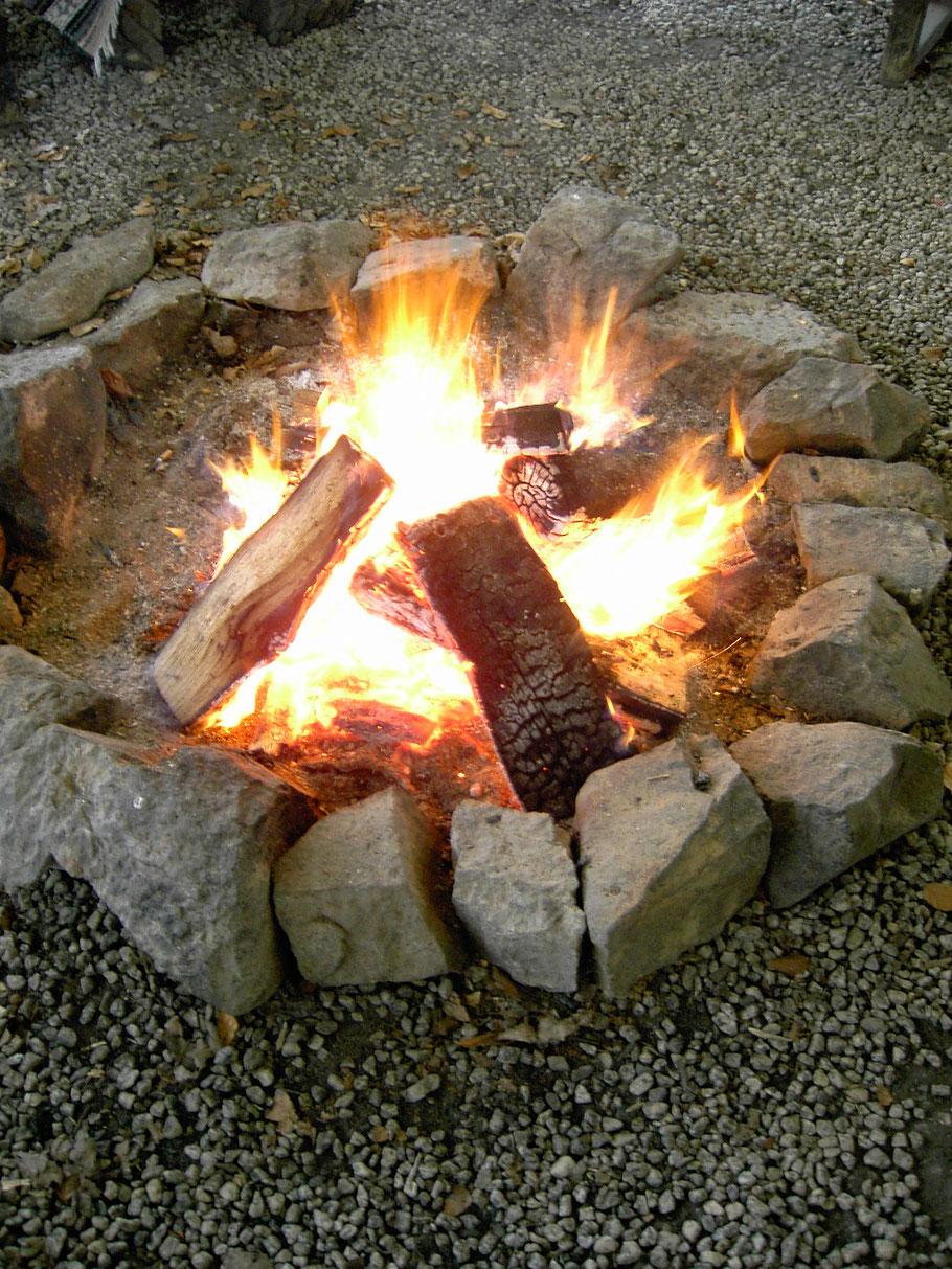 Feuer im Feuerzelt von TIPI-WELTEN