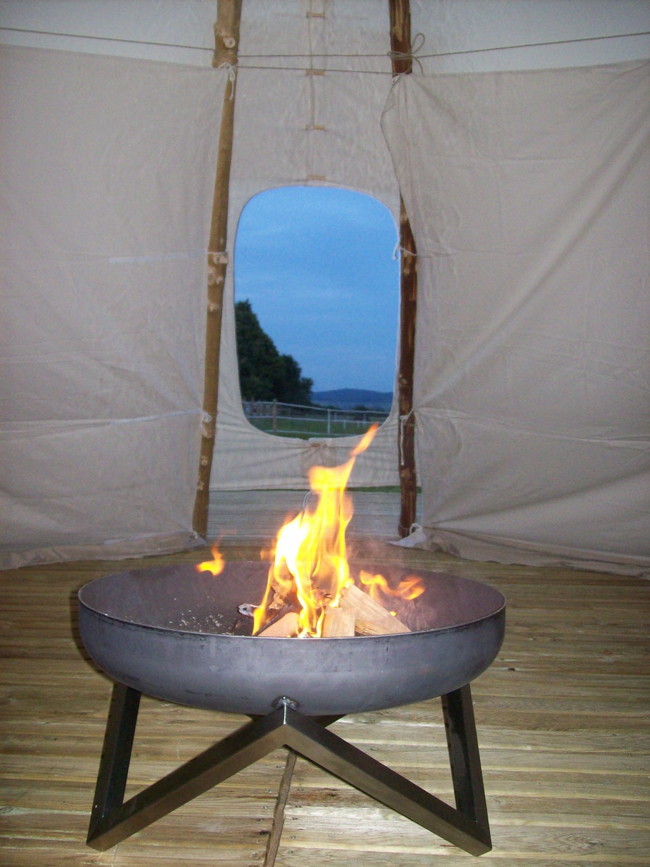 Blick aus dem Tipi in Neu-Anspach 2013  Tipi mit Innenausbau und Feuerschale