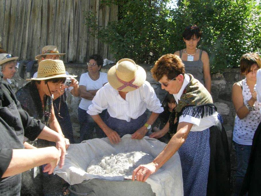 La bua à La Roche-de-Rame: Mise en place du charrier et des cendres