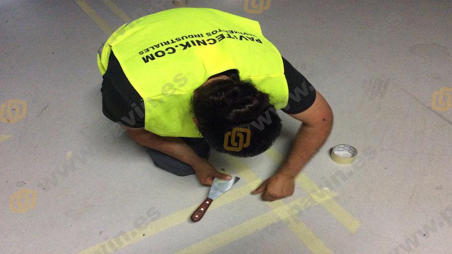 Detalle y dibujo  en la señalización en un pavimento industrial