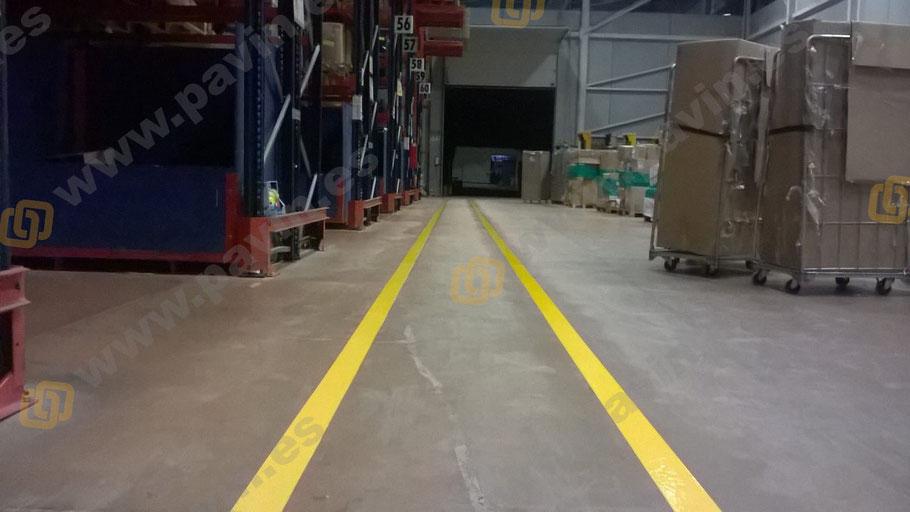 marcaje de líneas en la señalización industrial de una nave logística