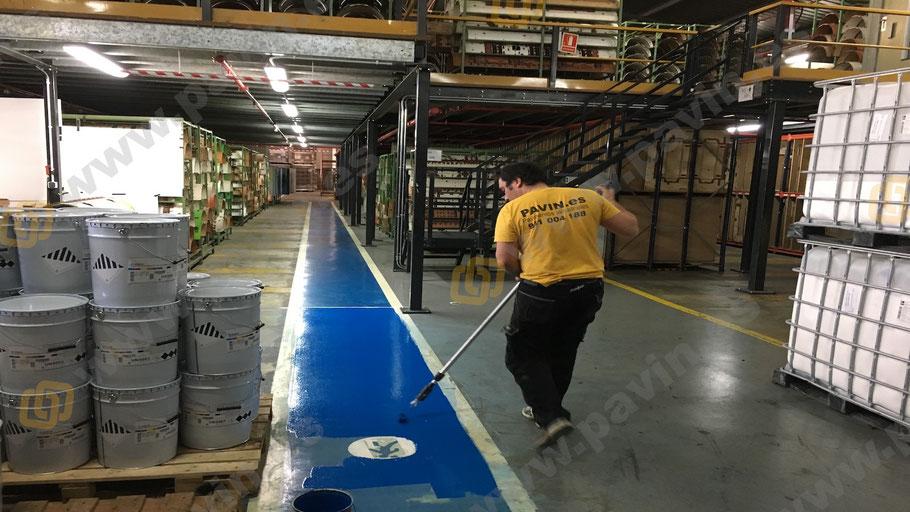 Prevención de riesgos laborales con la señalización de Suelos y pavimentos industriales de resinas continuos aplicados por Grupo Pavin