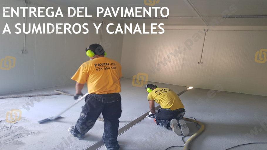 Entrega del pavimento de hormigón a canales y sumideros antes de la instalación de un suelo de resinas multicapa cuarzo color
