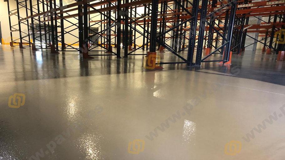 Resultado final de la aplicación de suelos de resina epoxi para naves pharma