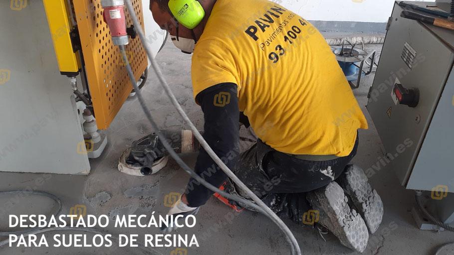 Desbastado mecánico para la instalación de suelos de resina epoxi en los pavimentos industriales de hormigón en la empresa
