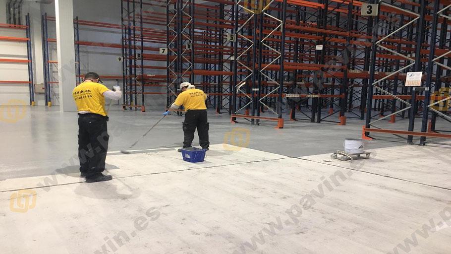 Capa inicial sobre el pavimento de hormigón ya dianovado para aplicar suelos de resina epoxi para naves pharma