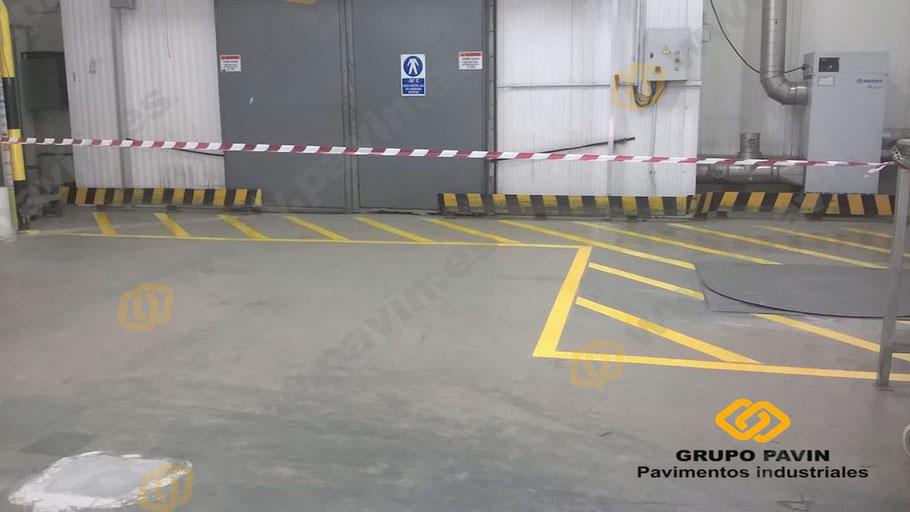 Obligatoriedad del empresario de señalizar correctamente señalización cruzada en pavimentos industriales