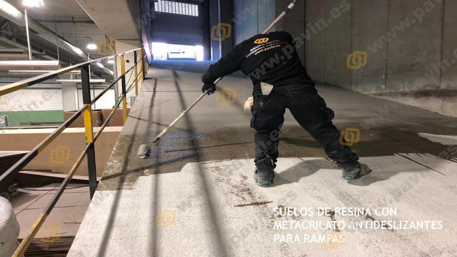 Imprimación con resinas de metacrilato antideslizantes sobre el pavimento de hormigón en una rampa de acceso muy pronunciada