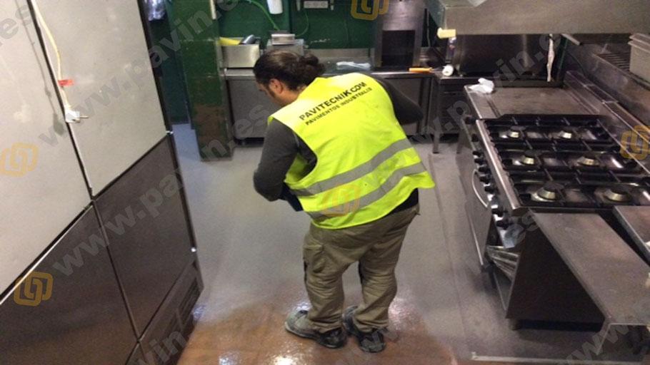 Suelos de reina antideslizantes para cocinas industriales aplicados por Grupo Pavin