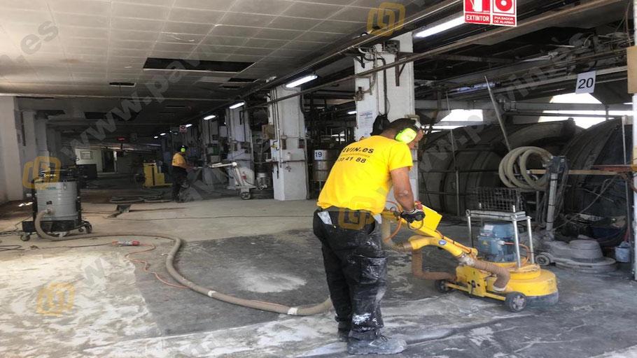 Preparación del pavimento de hormigón en mal estado para aplicar suelos de resina antideslizante aplicado por Grupo Pavin